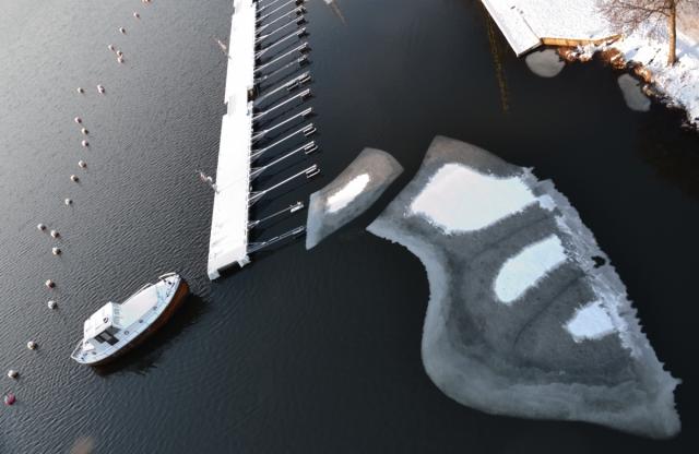 Så blev det vinter med snö till slut. Och här kom ett av mina favoritmotiv: mönster med is och snö i intressanta kombinationer.