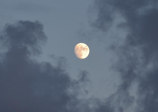 Eller varför inte se mönstret i himlen när rök från en skorsten ibland döljer, ibland släpper fram en vitgul måne som nästan är hel.