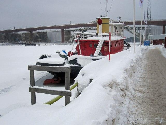 Och så har vi 7 februari 2010 och ett insnöat fartyg i Årstaviken.