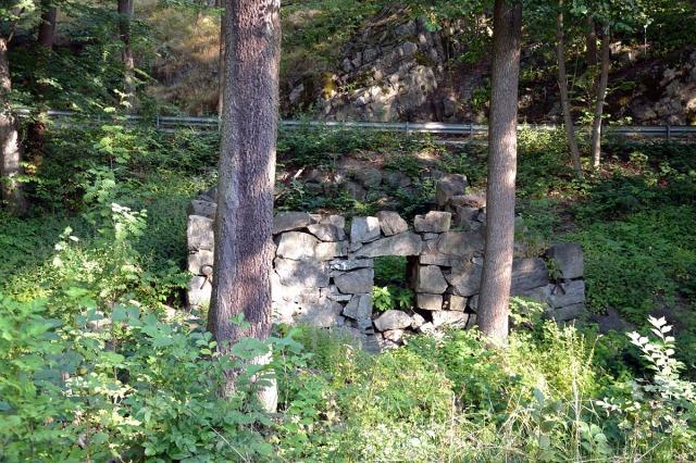 Och från onsdagen. Kvarnruinen i Årstabäcken i Årsta skog. En gång forsade det så mycket vatten här, åtminstone på vårarna,  att man kunde driva en vattenkvarn.