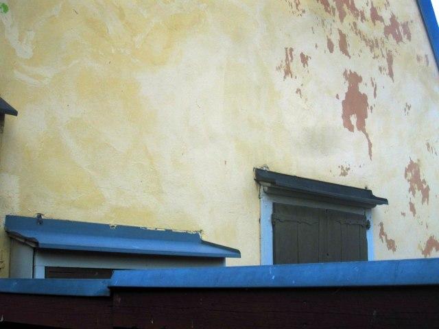 Det är först nu, när jag kollar en karta, som jag upptäcker att den lilla vågstumpen där den här husväggen finns, heter 'Ekermans gränd'. Man lär sig något nästan varje dag!