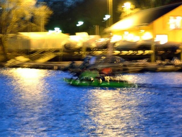 Det där gröna är en kanot med kanske tio roddare som kom farande i Pålsundskanalen.  Men här upplöses de fasta konturerna och färgerna flyter ut