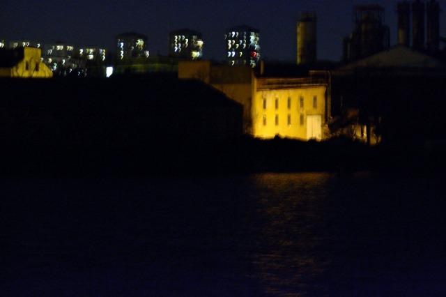 Ja, nog ser det där huset lite spöklikt ut. Men det tillhör (tror jag) före detta kolsyrefabriken i Liljeholmen.