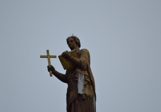 Den här bilden är färsk, från mars. Tanten med korset och boken står på taket av Riddarhuset. Hon ser lite konstig ut i huvudet. 'Håret på ände' så att säga. Är det möjligen något som har suttit där men plockats bort? Vänta, har jag inte en gammal bild ...?