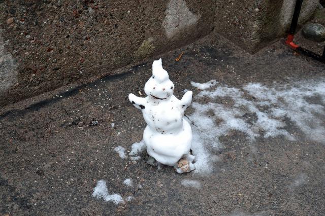 När det nu är sommarsolstånd, vad kan väl vara lämpligare än en kavalkad av snögubbar från gångna vintrar