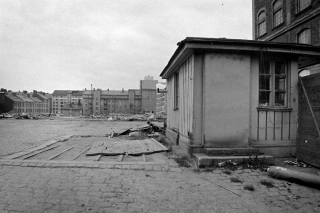 Det sticker upp ett högt hus därborta. Kan vara Skatteverket nere vid Götgatan.
