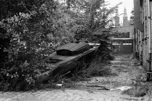Halvt dolt i grönskan låg länge en segelbåt som jag tror en gång i tiden var en riktigt fin segelbåt i trä. Undrar varför den hamnade där, högt över Mälarens vågor där den egentligen hörde hemma.