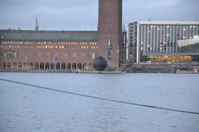 Sedan gick jag hemåt. Utanför stadshuset låg en stor svart kula (?) på en flotte. Hade den något med TV-sändningar att göra?