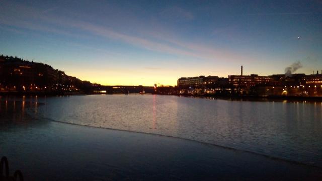 """Morgon vid Årstaviken. Den vita prick som syns på himlen till höger torde vara Venus, """"morgonstjärnan""""."""