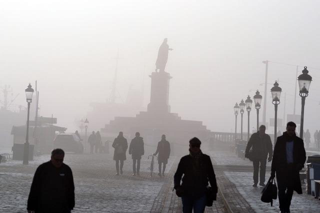 Till slut började dimman lätta. Den blå himlen skymtade bakom statyn av Gustav III.